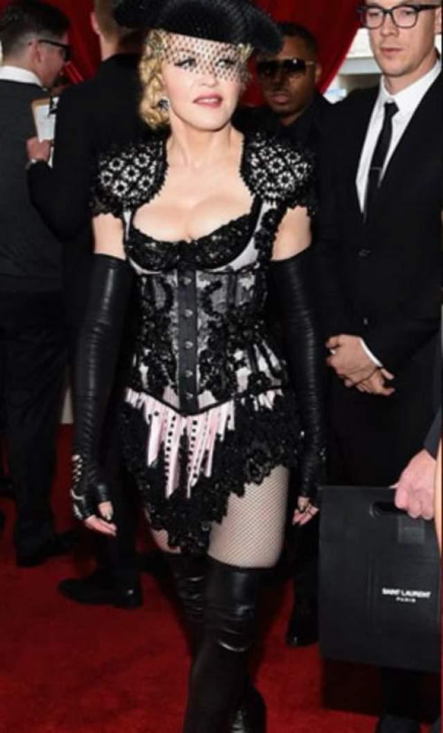 """Мадонна Любовь к эксцентричным нарядам, оголяющем пикантные места, аукнулась поп-королеве в 2015 году на церемонии """"Гремми""""."""