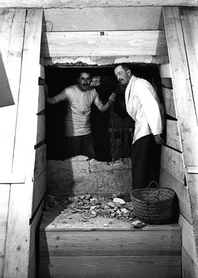 """26 ноября 1922 года Картер вместе с Карнарвоном открыл небольшой пролом в углу двери в конце лестницы. Держа свечу, он заглянул внутрь. """"Сначала я ничего не видел, горячий воздух вырывался из помещения, в результате чего пламя свечи мерцало, но вскоре, как только мои глаза привыкли к свету, из тумана медленно появились детали комнаты, странные животные, статуи и золото — всюду блеск золота."""""""