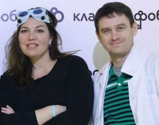 Екатерина Скулкина . Участнице Comedy Woman 41 год, и она замужем за мужчиной по имени Денис Васильев уже много лет. Он младше нее на два года, они познакомились еще в университете.