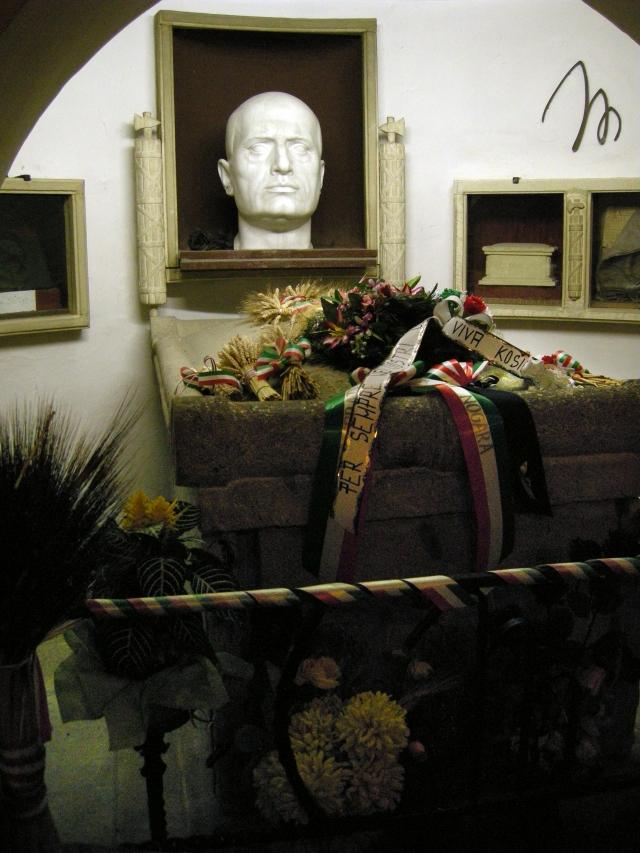 """А спустя 21 год после казни дуче американцы, исследовавшие его останки, решили из гуманных соображений вернуть """"трофей"""" семье Муссолини. Однако вдова обнаружила, что часть мозга отсутствует."""
