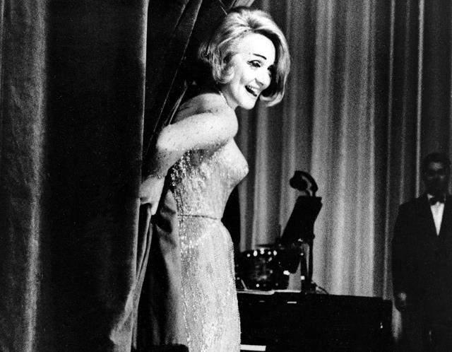 Немецкая актриса Марлен Дитрих, которую подозревали в связи с отцом Джона, возможно, крутила роман и с младшим Кеннеди, хотя она была намного старше него.