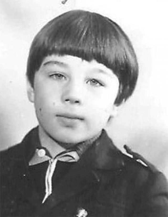 Сергей учился в московской школе № 1265 с углубленным изучением французского языка. Учителя говорят, что он был в меру подвижным и шебутным, но никогда не был злым или пакостником.