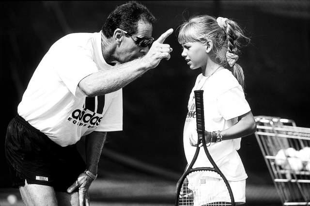 10-летняя Аня влюбляется в США и начинает считать себя наполовину американкой. Позднее она получила американское гражданство. В 1995 году Курникова выигрывает в турнире Orange Bowl и выходит в полуфинал Уимблдонского турнира и в четвертьфинал открытого чемпионата Франции среди юниоров.