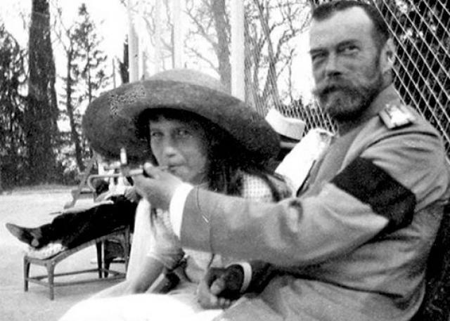 На снимке Николай II дает покурить своей 15-летней дочери Анастасии.
