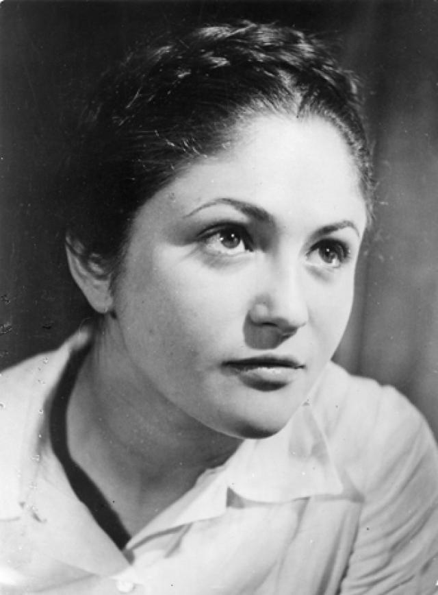Родители Дины бежали от революции в Париж. Дине было 15 лет, когда она познакомилась с Аристидом Майолем. Ему в это время было 73 года. Она стала последней и главной любовью его жизни.