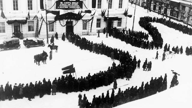 За трое суток мимо тела Ильича в Колонном Зале прошло более миллиона человек.