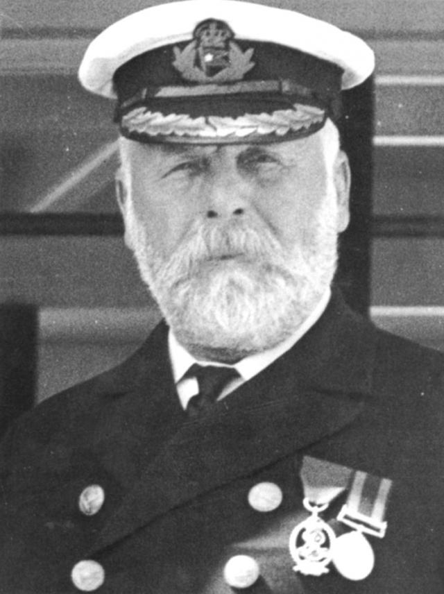 В 0:05 капитан Смит приказал экипажу готовить спасательные шлюпки к спуску, затем зашел в радиорубку и приказал радистам передавать в эфир сигнал бедствия.