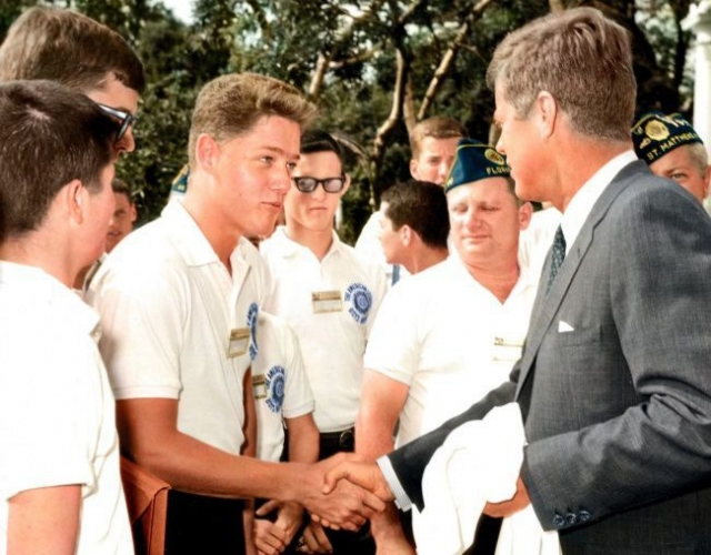 Никому неизвестный школьник жмет руку Джону Кеннеди. Позже юношу все узнают как Билла Клинтона.