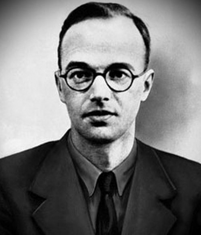 Фукс, блестящий физик, бежавший в Англию из родной Германии, когда к власти пришел Гитлер, имел доступ к сверхсекретным материалам, связанным с созданием атомной бомбы.