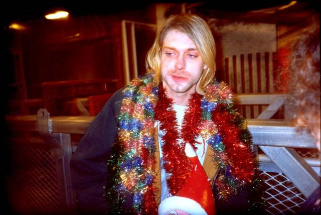 """Несколько лет употребления героина привели к тому, что к началу 1991 года у него развилась полноценная, тяжелая зависимость. На фотосессии в день выступления Nirvana на Saturday Night Live он несколько раз """"отключился"""" прямо перед камерой."""