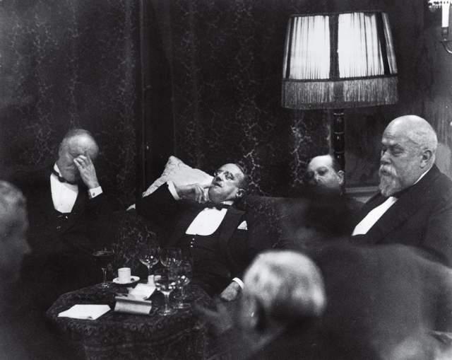 """Гаага, Эрих Заломон, 1930. По результатам публикации фоторепортажа с международной конференции тогда фотографу дали прозвище """"король бестактностей"""" - за смелые ракурсы и неожиданные ходы в политических портретах. В 1944-м году автор фотографии погиб в газовой камере Освенцима."""