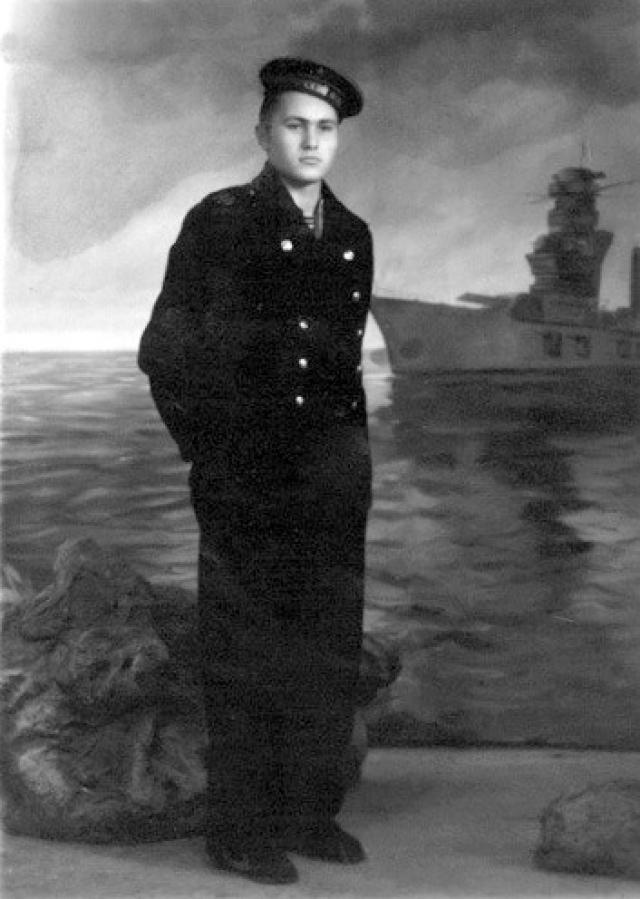 """Окончив учебку по специальности радиста, Шукшин в 1950 году попал в одну из частей Черноморского флота, дислоцированную в Севастополе.Однако прослужить """"от звонка до звонка"""" Шукшину не удалось - в 1953 году у него обнаружилась язвенная болезнь желудка."""