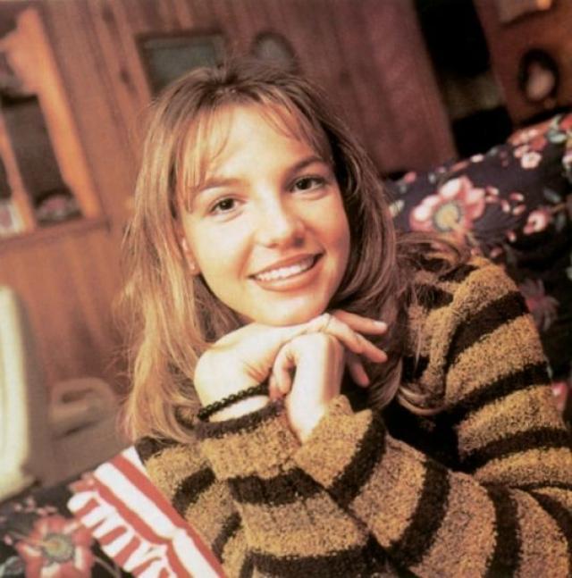 """Сначала продюсеры собирались раскручивать девушку под брендом """"Бритни Джин"""" - в честь ее бабушки, Эммы Джин Спирс. Но ассоциации выходили мрачные - бабушка Спирс покончила с собой 31 год, поэтому от затеи отказались."""