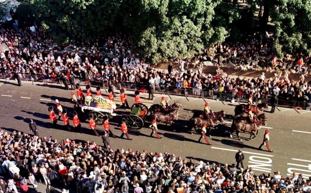 Принцесса Диана похоронена 6 сентября в семейном поместье Спенсеров Элторп в Нортгемптоншире, на уединенном острове. Похоронную процессию в Лондоне посетили тысячи людей.