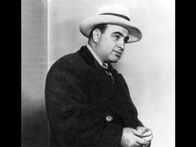 Агент раскрыл налоговым инспекторам место, где Капоне прятал свои расходные книги, отражавшие реальный оборот империи Капоне.