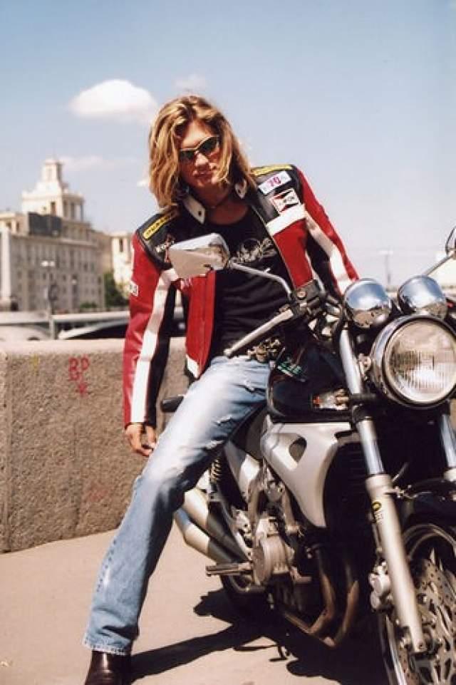 """За две недели до презентации альбома Лени Нерушенко """"Привет, как дела?"""" молодой человек разбился насмерть на мотоцикле. Некоторые источники утверждают, что музыкант был выпившим в тот день. В результате презентация прошла на 40-й день после гибели Нерушенко."""
