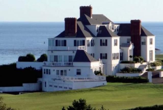 Кроме этого, певица владеет двумя особняками в Нэшвилле и домом в Беверли Хиллз, который Свифт купила в 2012 году за $4 млн.