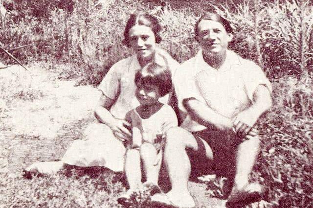 4 февраля 1921 года у пары родился сын Поль (Пауло). Это событие взволновало 40-летнего Пикассо, наполнив неожиданной гордостью. Он делал рисунки своего сына и жены много раз в день.