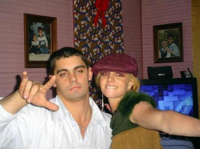 В личной жизни девушки тоже не все шло гладко. 3 января 2004 года Бритни неожиданно вышла замуж за друга детства - Джейсона Александера. Уже через трое суток певица решила аннулировать брак.