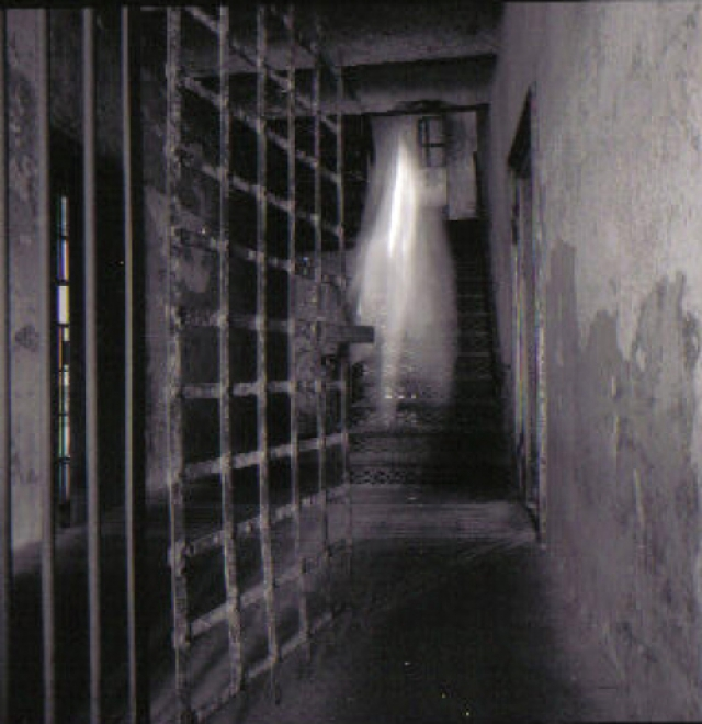 Тюрьме в Старом Городе Чарльстона более двухсот лет, здесь умерли тысячи заключенных. Предполагается, что светлая фигура на фото, призрак одного из них.