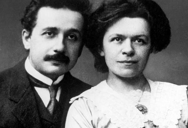 Альберт Эйнштейн. Ученому и его будущей первой жене Милеве пришлось отказаться от дочери, которая родилась вне брака, при этом собственных средств пара пока не имела.