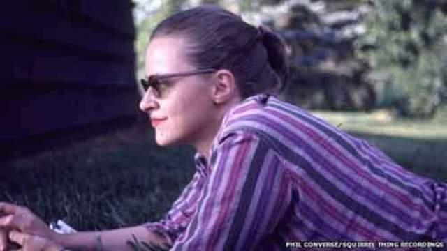 Конни Конверс. 3.08.1924-[...]. Родившаяся в Гэмпшире певица покорила Голливуд, - правда, через 35 лет после своего исчезновения. Известно, что это произошло в 1974 году.