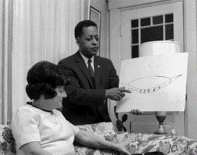 Похищение Барни и Бетти Хилл, 1961. Первым отмеченным похищением со стороны НЛО считается история с Барни и Бетти Хилл, которая случилась 19 сентября.