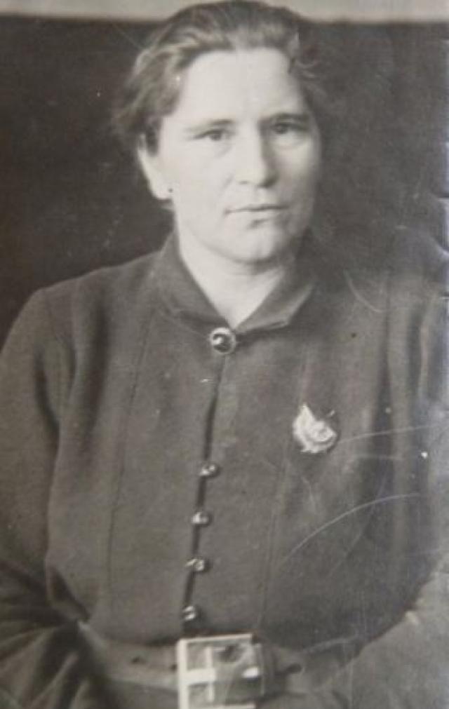 Жизнь этому образу дала санитарка Мария Попова, которой однажды в бою действительно пришлось стрелять из пулемета вместо раненого солдата.