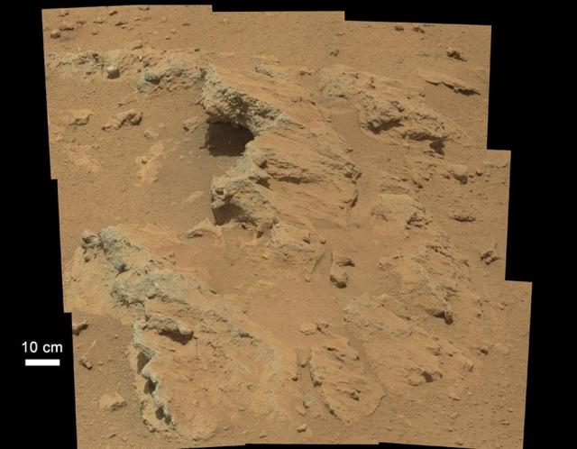 Остатки русла древнего ручья на Марсе. О том, что в этом месте когда-то протекала вода, свидетельствуют многие куски гравия и каменных пород, имеющие гладкую округлую форму. Кроме того, размеры некоторых из этих камешков говорят о том, что они могли быть перенесены только потоком воды.