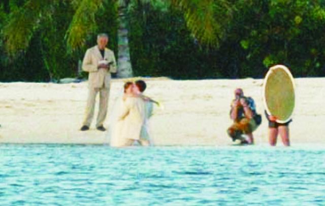 Гарнер уже была беременна первой дочкой, Вайолет, что объясняет такой выбор фасона платья. Само торжество было очень романтичным и проходило прямо на берегу океана.