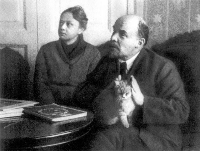 Всю свою жизнь Надежда Константиновна будет помощником и настоящим боевым товарищем своего супруга.