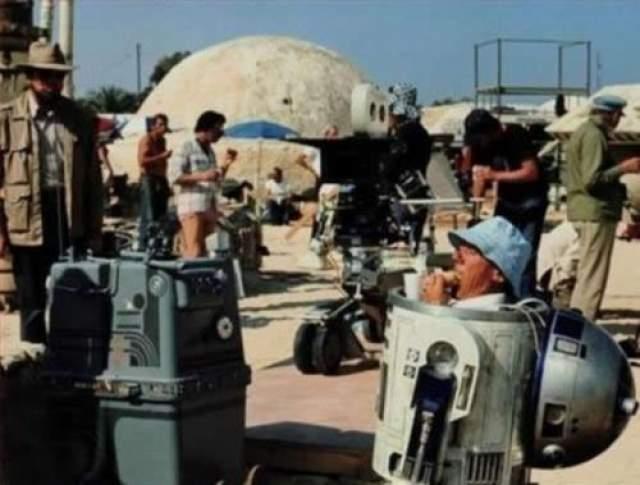 Звездные войны Робот R2D2 поедает бутерброд во время перерыва.