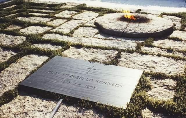 """Могила Джона Кеннеди , убитого в 1963, выглядит строго и величественно в компании """"вечного огня""""."""