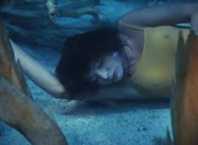 """В фильме """"Человек-амфибия"""" 1961 года, чтобы спасти опустившуюся на морское дно красавицу, герой Коренева ныряет в пучину и медленно,чтобы зритель успел разглядеть все детали, поднимает тело Гутиэре."""
