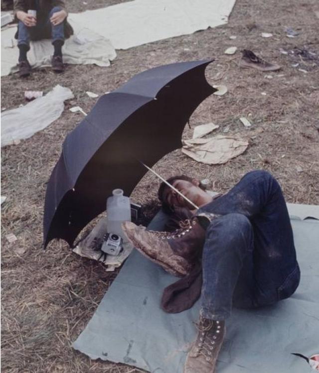 Вдобавок к трудностям из-за большого количества людей, прошедший дождь размыл дороги и поля. У большинства посетителей не было возможности воспользоваться санитарными услугами и первой помощью.