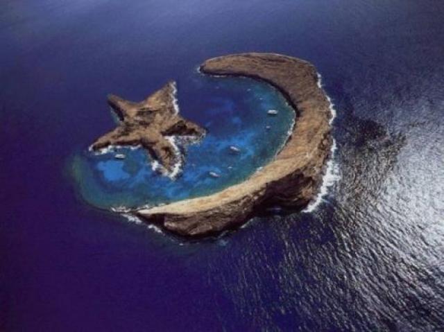 Остров в виде полумесяца со звездой. Остров-полумесяц действительно существует - это кратер Молокини, неподалеку от Гавайских островов, но остров-звезду к нему уже добавили в фотошопе.