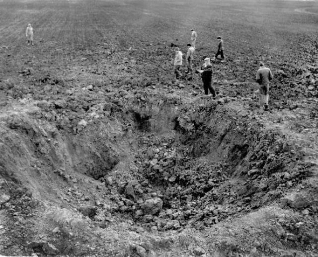 14.Метеорит Стерлитамак Железный метеорит Стерлитамак весом 315 кг упал на поле совхоза в 20 км западнее города Стерлитамак в ночь с 17 на 18 мая 1990 года. При падении метеорита образовался кратер диаметром 10 метров.