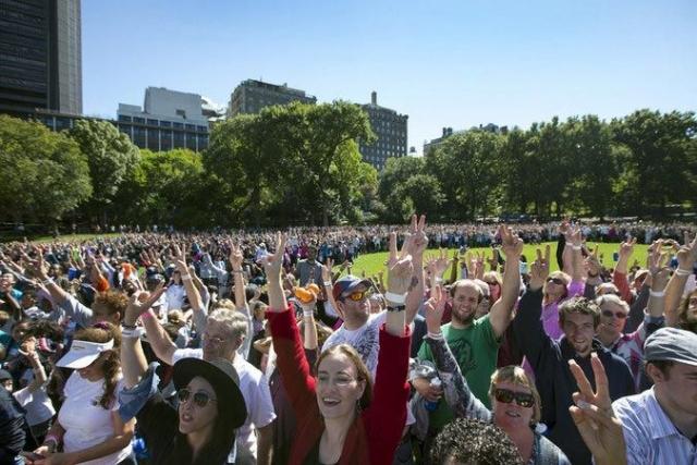 """6 октября 2015 года тысячи людей собрались на территории Центрального парка Нью-Йорка, чтобы почтить память Джона Леннона и отпраздновать его 75-ый день рождения, составив самый большой знак """"мира"""" в мире."""