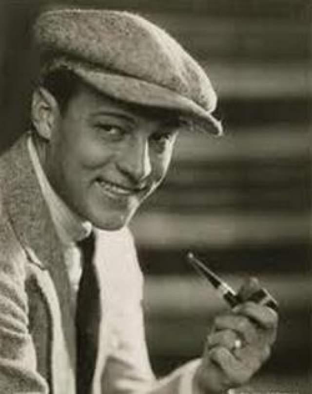 Тогда артист изменил имя и поселился в Калифорнии, где стал актером.
