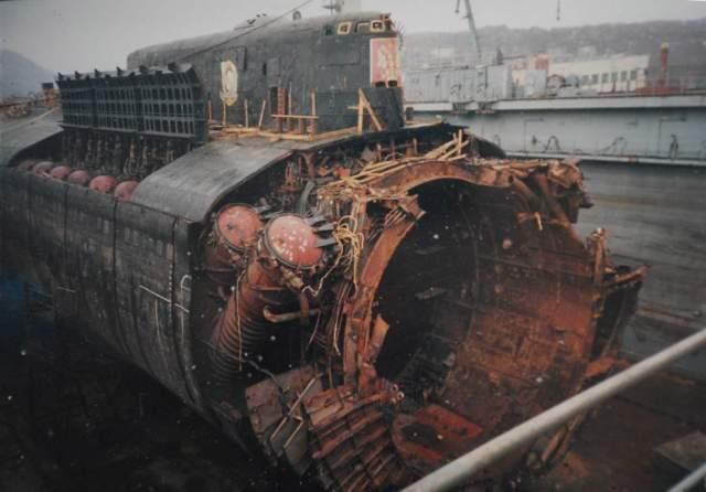 """Российск подводная лодка """"Курск"""" затонула 12 августа 2000 года на глубине 108 метров во время военно-морских учений в Баренцевом море, в акватории между Норвегией и Россией, после того как на борту произошло два взрыва, вызванных утечкой топлива торпедного двигателя."""