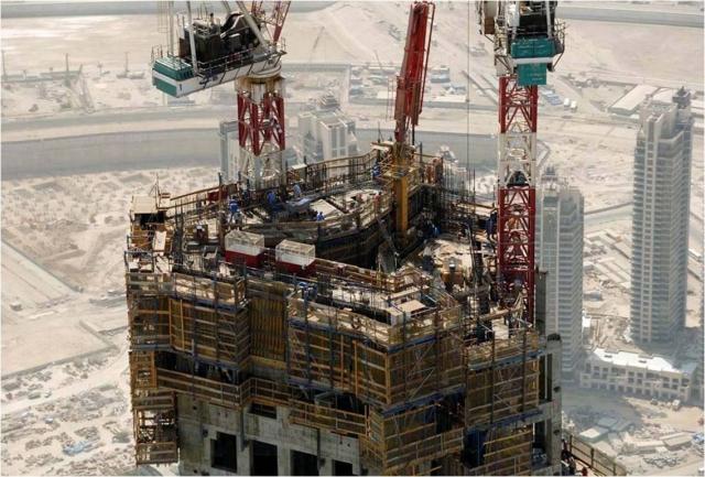 Чтобы построить настолько высокое и эффектное здание, потребовалось много времени и сил. Постройка заняла шесть лет и более 22 миллионов человеко-часов. При этом на строительной площадке находилось более 12000 строителей каждый день.