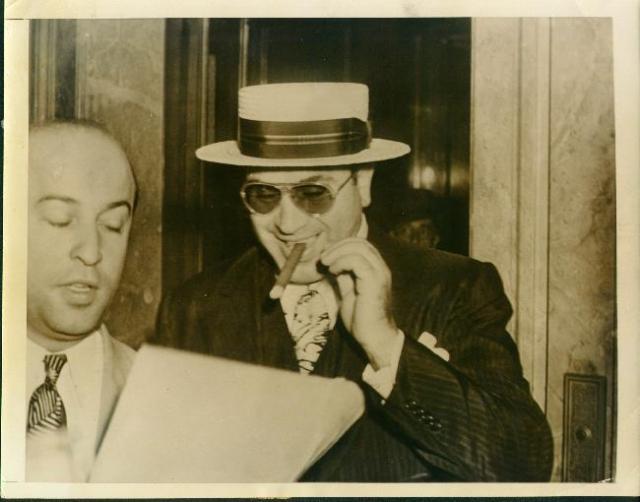 Капоне регулярно платил личное жалование старшим офицерам полиции, прокурорам и мэрам округов, депутатам законодательных собраний и даже конгрессменам США.