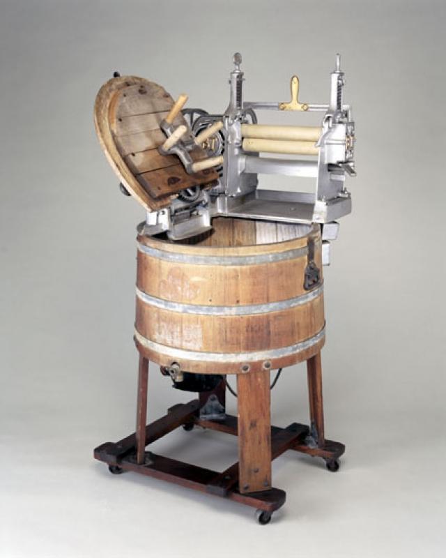 Стиральная машина. Первая стиральная машина появилась в далеком 1797 году и была изобретением Натаниэля Бриггса. Аппарат представлял собой деревянную бадью с движущейся рамой.