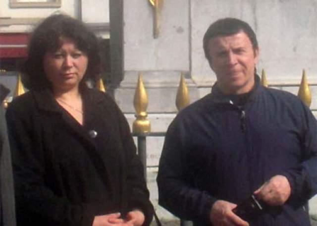 """Узнав, как он лечит людей, Ванга отметила, что нельзя верить тем, кто лечит руками на расстоянии, и посоветовала Кашпировскому аккуратнее водить автомобиль - могут быть проблемы с тормозом правого переднего колеса. Ванга сказала также, что Кашпировскому повезло с женой: """"Валентина – прекрасный человек""""."""
