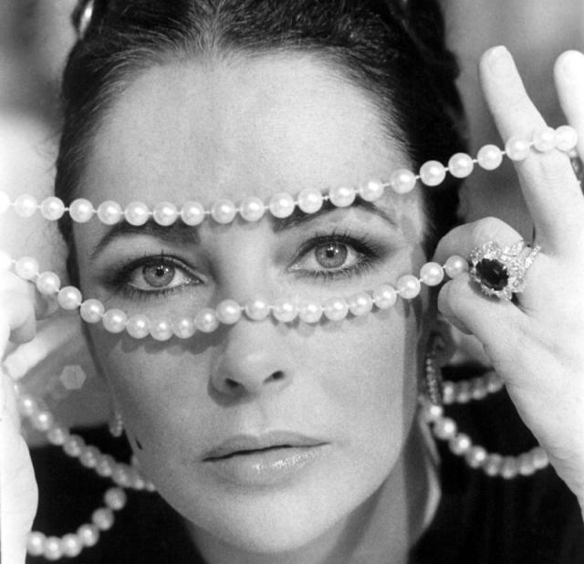 Когда ожерелье было продано на аукционе после смерти Тейлор, оно принесло 11 миллионов долларов. До переделки Тейлор потеряла жемчужину и обнаружила ее (невредимой) во рту своего щенка