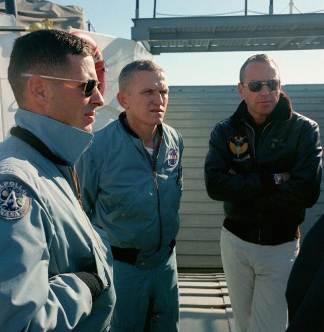 """Фрэнк Борман и Джим Ловелл с борта """"Джемини-7"""" увидели на расстоянии в 800 метров два НЛО, похожие на шампиньоны. Снимки получились весьма отчетливые."""