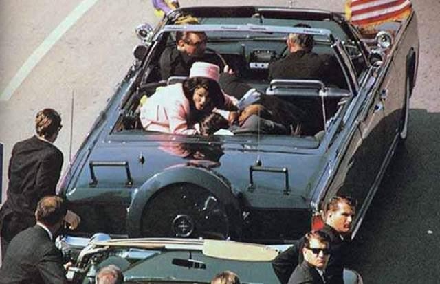 Вторая пуля попала Кеннеди в голову, проделав в правой части выходное отверстие размером с кулак, так что часть салона была забрызгана фрагментами мозга.