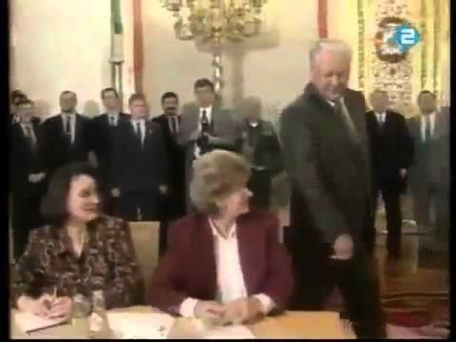 Однажды, будучи президентом, Борис Ельцин во время официальной церемонии ущипнул за бок одну из кремлевских стенографисток, этот эпизод был показан по телевидению.
