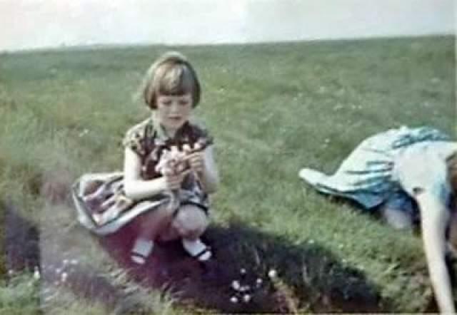 Солуэй-Фертиский космонавт - 23 мая 1964 года В 1964 году Джим Темплтон сделал несколько фотографий своей дочери Элизабет на лугу в Бург Марш.