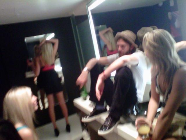 Позже появились снимки Эштона аж в компании четырех девушек